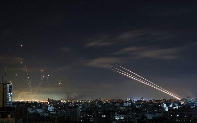 Tên lửa Hamas ồ ạt nã thẳng vào trung tâm đầu não Israel - IDF đánh sập toà soạn nhiều tờ báo lớn: Khủng khiếp và kinh hoàng! - Ảnh 1.