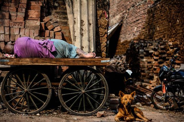 Người trưởng thành không nên tiêu tiền vào 2 nơi này, nếu không nửa đời còn lại sẽ sống trong nghèo khổ thiếu thốn - Ảnh 1.