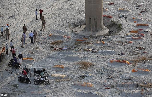 Cảnh tượng khủng khiếp trên bờ sông Ấn Độ: Đi đâu cũng thấy xác người, mùi hôi thối ám ảnh người dân - Ảnh 3.