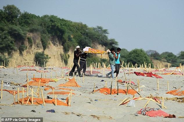 Cảnh tượng khủng khiếp trên bờ sông Ấn Độ: Đi đâu cũng thấy xác người, mùi hôi thối ám ảnh người dân - Ảnh 2.
