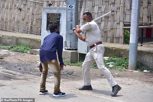 Chống dịch kiểu Ấn Độ: Cảnh sát cầm dùi cui truy đuổi, đánh đập người không chịu ở nhà - Ảnh 1.