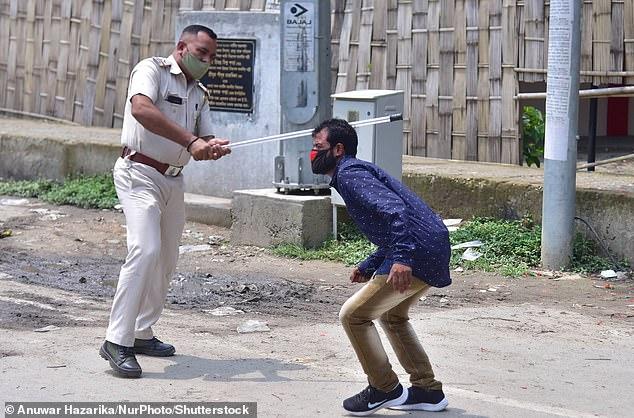 Chống dịch kiểu Ấn Độ: Cảnh sát cầm dùi cui truy đuổi, đánh đập người không chịu ở nhà - Ảnh 2.