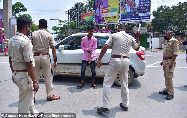 Chống dịch kiểu Ấn Độ: Cảnh sát cầm dùi cui truy đuổi, đánh đập người không chịu ở nhà - Ảnh 3.
