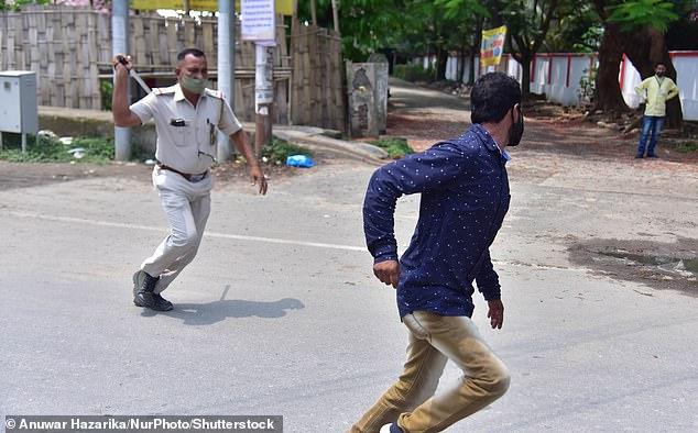 Chống dịch kiểu Ấn Độ: Cảnh sát cầm dùi cui truy đuổi, đánh đập người không chịu ở nhà - Ảnh 5.