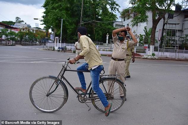 Chống dịch kiểu Ấn Độ: Cảnh sát cầm dùi cui truy đuổi, đánh đập người không chịu ở nhà - Ảnh 4.