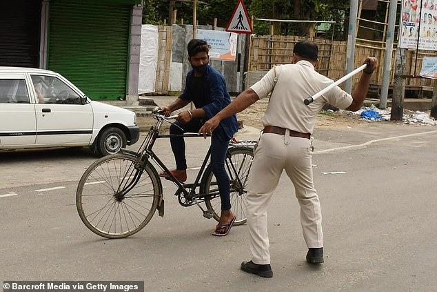 Chống dịch kiểu Ấn Độ: Cảnh sát cầm dùi cui truy đuổi, đánh đập người không chịu ở nhà - Ảnh 7.
