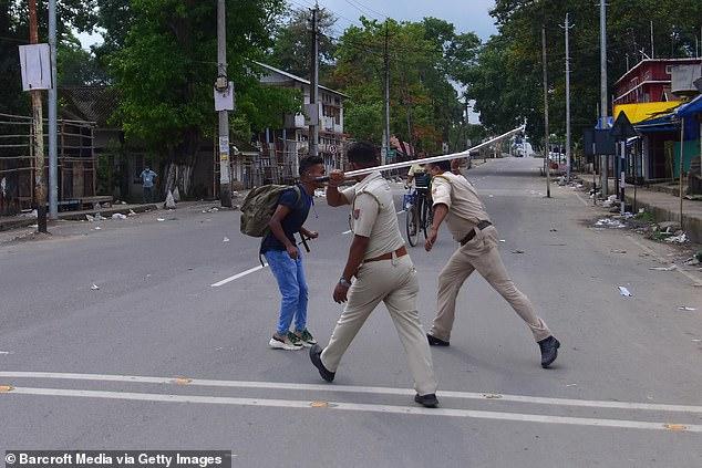 Chống dịch kiểu Ấn Độ: Cảnh sát cầm dùi cui truy đuổi, đánh đập người không chịu ở nhà - Ảnh 6.