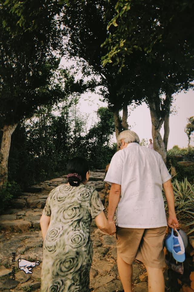 Đôi vợ chồng già nắm chặt tay trong phòng cấp cứu, cụ ông nài nỉ bác sĩ: Cho tôi đứng với bà ấy thêm tí nữa nhé - Ảnh 4.