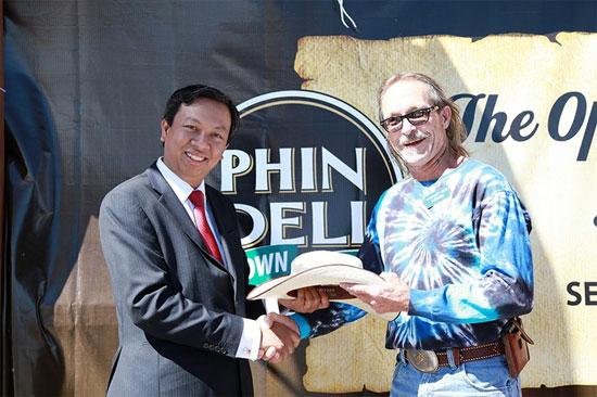 Từng mua lại 1 thị trấn của Mỹ để quảng bá cà phê Việt, cao bồi Phạm Đình Nguyên cuối cùng vẫn phải bán Phin Deli cho tỷ phú giàu thứ 3 Việt Nam - Ảnh 2.