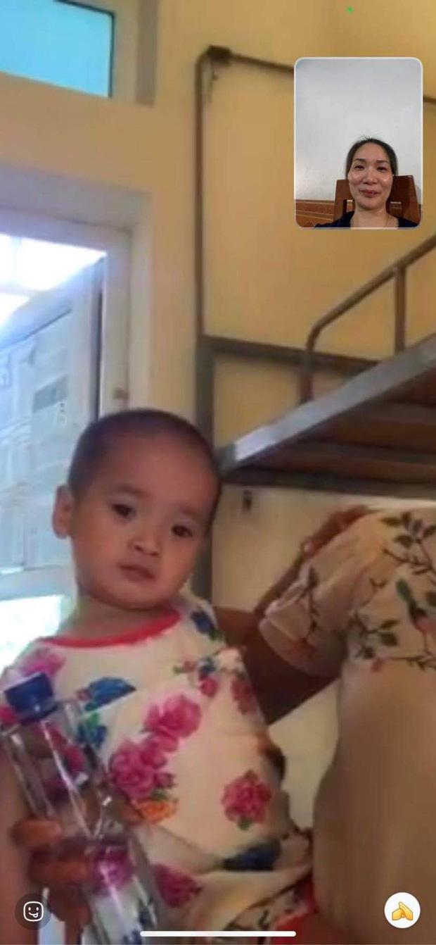 Cô bé 2 tuổi trong bộ đồ bảo hộ ở khu cách ly qua lời kể của người thân: Hôm được đi ô tô còn sướng, hôm sau cứ khóc đòi về nhà - Ảnh 4.