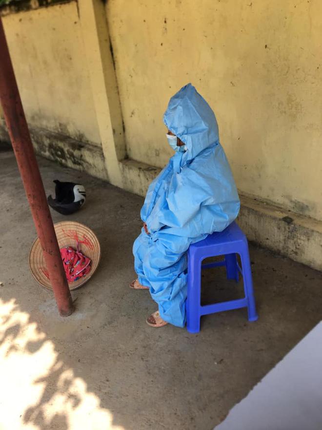 Cô bé 2 tuổi trong bộ đồ bảo hộ ở khu cách ly qua lời kể của người thân: Hôm được đi ô tô còn sướng, hôm sau cứ khóc đòi về nhà - Ảnh 7.