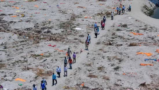 Loạt thi thể dạt vào bờ sông Hằng rúng động Ấn Độ: Quan chức xác nhận có nạn nhân COVID-19 - Ảnh 1.