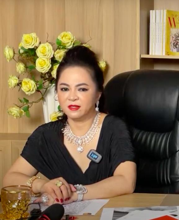 Bà Nguyễn Phương Hằng xúc động khi nhắc đến chồng và mong mọi người đừng xúc phạm đến anh Dũng - Ảnh 1.