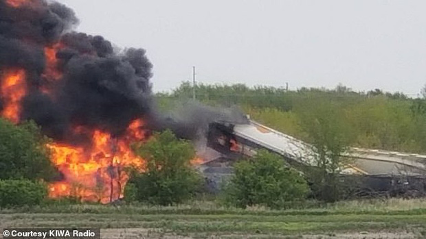 Tai nạn kinh hoàng: Cầu sập khiến tàu hỏa trật đường ray rồi phát nổ dữ dội làm hơn 30 toa tàu chết đứng, khẩn cấp sơ tán 3000 cư dân - Ảnh 1.