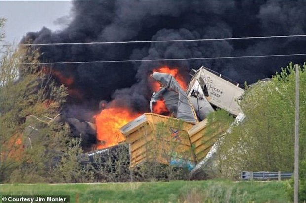 Tai nạn kinh hoàng: Cầu sập khiến tàu hỏa trật đường ray rồi phát nổ dữ dội làm hơn 30 toa tàu chết đứng, khẩn cấp sơ tán 3000 cư dân - Ảnh 2.