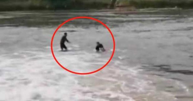 Xả thân nhảy xuống nước cứu người, người đàn ông sốc không nói thành lời khi nhìn thấy nạn nhân, chỉ biết ôm mặt khóc tức tưởi - Ảnh 2.