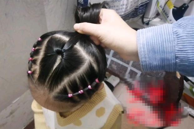 Con gái mừng rỡ khi được cô giáo tết tóc siêu xinh, nhưng vừa nhìn thấy bà mẹ đã hốt hoảng, nhờ Hiệu trưởng đuổi thẳng giáo viên - Ảnh 3.