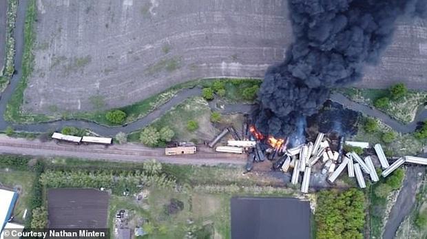 Tai nạn kinh hoàng: Cầu sập khiến tàu hỏa trật đường ray rồi phát nổ dữ dội làm hơn 30 toa tàu chết đứng, khẩn cấp sơ tán 3000 cư dân - Ảnh 5.