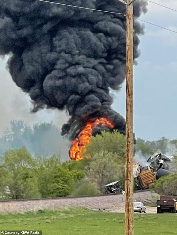 Tai nạn kinh hoàng: Cầu sập khiến tàu hỏa trật đường ray rồi phát nổ dữ dội làm hơn 30 toa tàu chết đứng, khẩn cấp sơ tán 3000 cư dân - Ảnh 8.