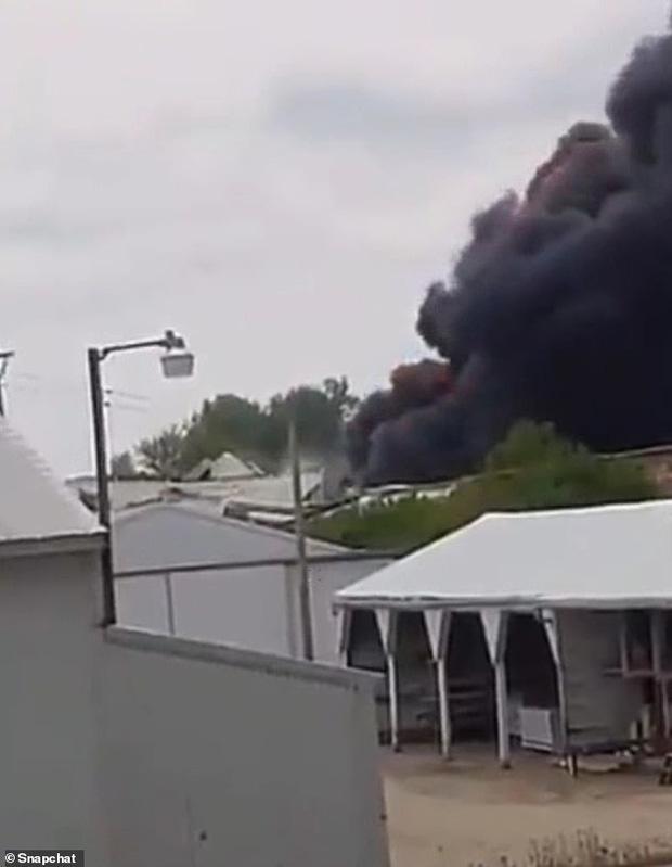 Tai nạn kinh hoàng: Cầu sập khiến tàu hỏa trật đường ray rồi phát nổ dữ dội làm hơn 30 toa tàu chết đứng, khẩn cấp sơ tán 3000 cư dân - Ảnh 9.