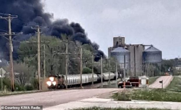 Tai nạn kinh hoàng: Cầu sập khiến tàu hỏa trật đường ray rồi phát nổ dữ dội làm hơn 30 toa tàu chết đứng, khẩn cấp sơ tán 3000 cư dân - Ảnh 10.