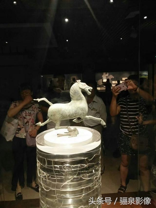 Vì sao bức tượng ngựa phi từng là biểu tượng du lịch TQ không bao giờ có ảnh chụp chính diện? Tận mắt chứng kiến mới hiểu! - Ảnh 1.