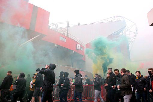 SỐC: Fan M.U chiếm sân Old Trafford trước đại chiến - Ảnh 1.
