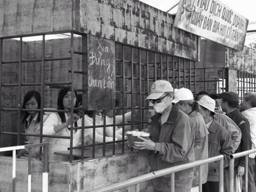 """Chuyện chưa kể về cốc bia vại """"huyền thoại"""" ở Hà Nội: Thiết kế trong 1 giờ, thống trị suốt 40 năm không có đối thủ - Ảnh 2."""