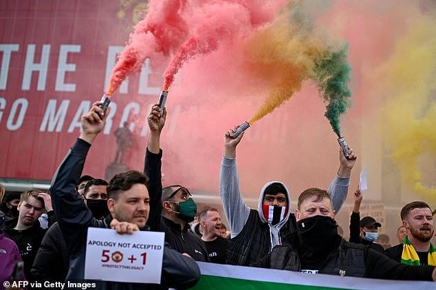 SỐC: Fan M.U chiếm sân Old Trafford trước đại chiến - Ảnh 2.