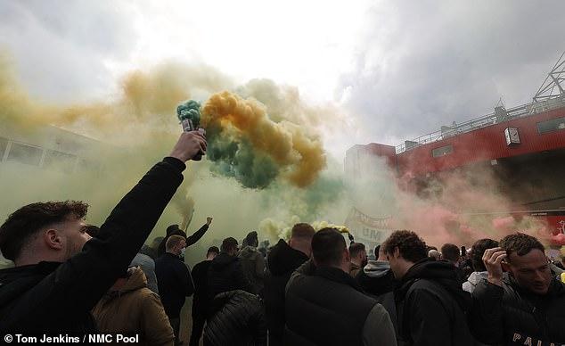 SỐC: Fan M.U chiếm sân Old Trafford trước đại chiến - Ảnh 3.