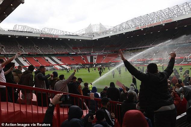 SỐC: Fan M.U chiếm sân Old Trafford trước đại chiến - Ảnh 5.
