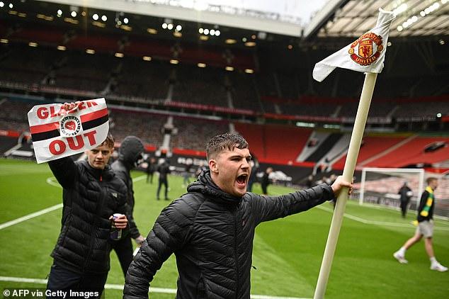 SỐC: Fan M.U chiếm sân Old Trafford trước đại chiến - Ảnh 6.