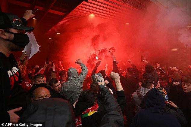 SỐC: Fan M.U chiếm sân Old Trafford trước đại chiến - Ảnh 8.