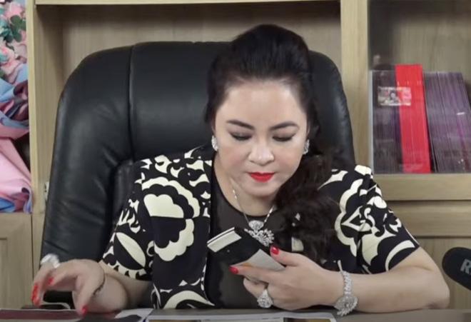 Đúng chuẩn doanh nhân thành đạt, những chiếc điện thoại của bà Nguyễn Phương Hằng cũng vô cùng đặc biệt - Ảnh 4.