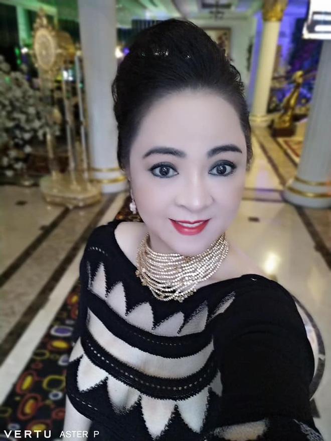 Đúng chuẩn doanh nhân thành đạt, những chiếc điện thoại của bà Nguyễn Phương Hằng cũng vô cùng đặc biệt - Ảnh 5.