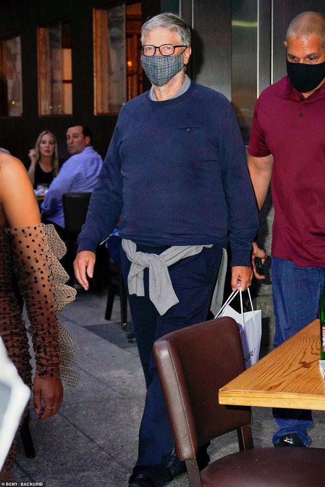 Hậu ly hôn, tỷ phú Bill Gates gây chú ý với túi thức ăn thừa sau bữa tối sang trọng trong khi vợ cũ tận hưởng cuộc sống độc thân - Ảnh 1.