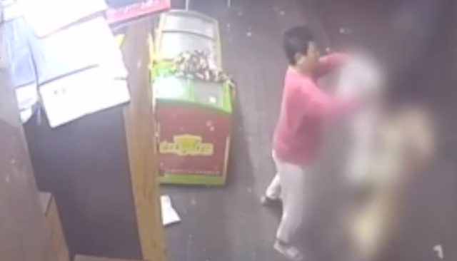 Không mảnh vải che thân, người phụ nữ chạy thẳng vào cửa hàng tiện lợi lúc hơn 4h sáng kêu cứu - Ảnh 2.