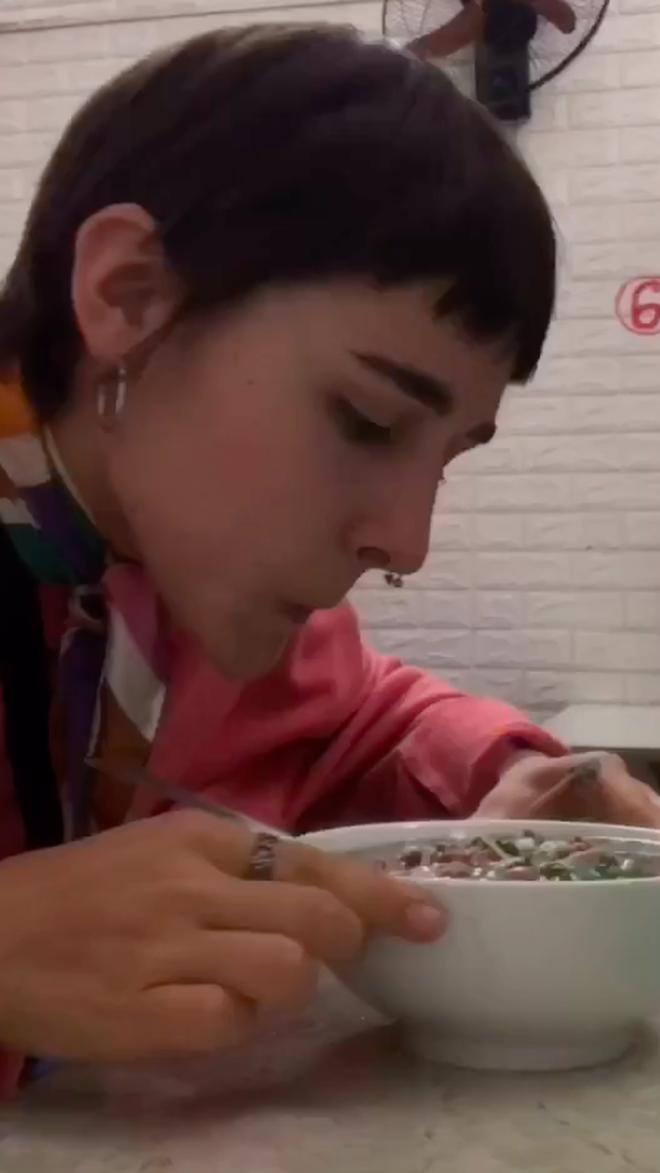 """Hai gái Tây bập bẹ tiếng Việt vào quán phở dõng dạc hô """"Cho hai phở tái"""" và cái kết dễ thương: Chắc chắn là """"nghiện"""" luôn rồi! - ảnh 5"""