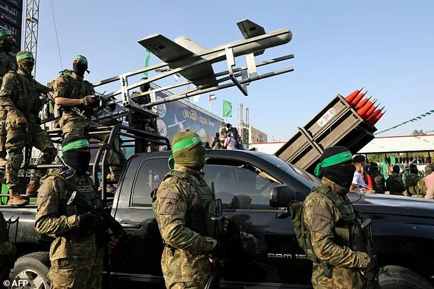 Đánh tơi tả Israel, hàng nghìn tay súng Hamas rầm rộ khoe vũ khí - Máy bay chiến đấu Nga không kích ác liệt ở Syria - Ảnh 2.