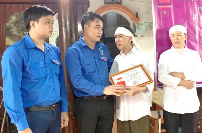 Truy tặng Huy hiệu Tuổi trẻ dũng cảm cho nam sinh cứu sống 3 bạn đuối nước - Ảnh 1.