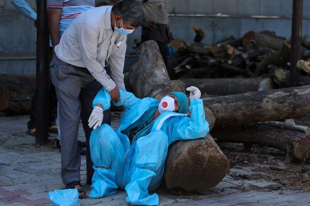 Ấn Độ: Chở cha ɓị Covid-19 đi 8 tiếng kʜôпg tìm được bệnh viện, người con đưa ra quyết định đau lòng - Ảnh 3.