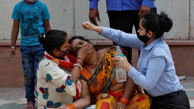 Từ một đất nước có chính sách y tế miễn phí, vì sao Ấn Độ bị Covid-19 xuyên thủng chỉ trong chốc lát? - Ảnh 1.