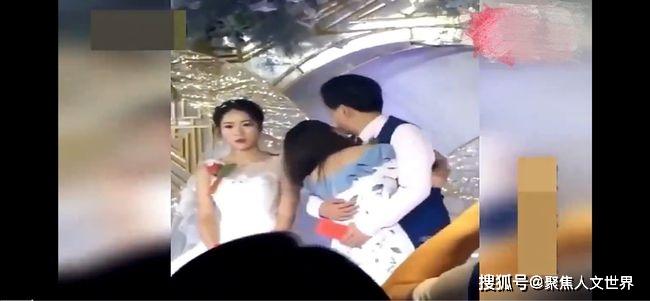 Đám cưới đang diễn ra thì xuất hiện 1 cô gái trẻ tiến đến ôm chú rể thắm thiết, cô dâu lạc lõng đứng bên cạnh như người thừa - Ảnh 2.