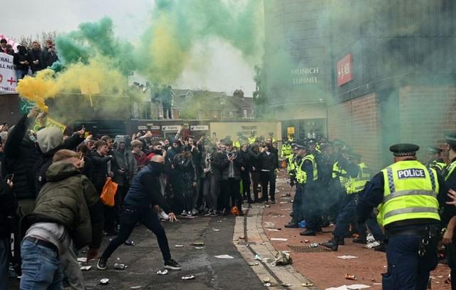 Man Utd – Liverpool: CĐV làm loạn, trận derby nước Anh buộc phải hoãn - Ảnh 4.