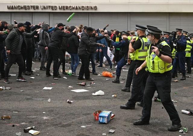 Man Utd – Liverpool: CĐV làm loạn, trận derby nước Anh buộc phải hoãn - Ảnh 5.
