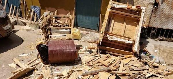 Ngày quốc tế lao động lại đi phá sofa cũ, người đàn ông kinh ngạc với thứ tìm thấy bên trong  - Ảnh 1.