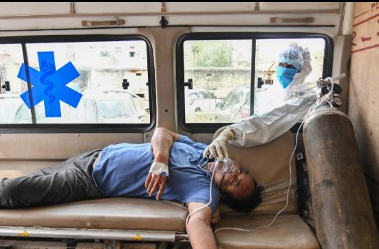 Bệnh nhân COVID-19 Ấn Độ chết ngạt ngoài bãi đỗ xe bệnh viện sau khi chờ mòn mỏi 3 tiếng - Ảnh 3.