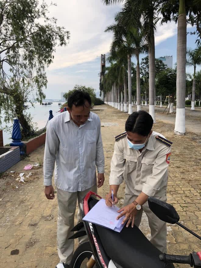 Xử phạt hàng chục người không đeo khẩu trang ở Đà Nẵng - Ảnh 1.