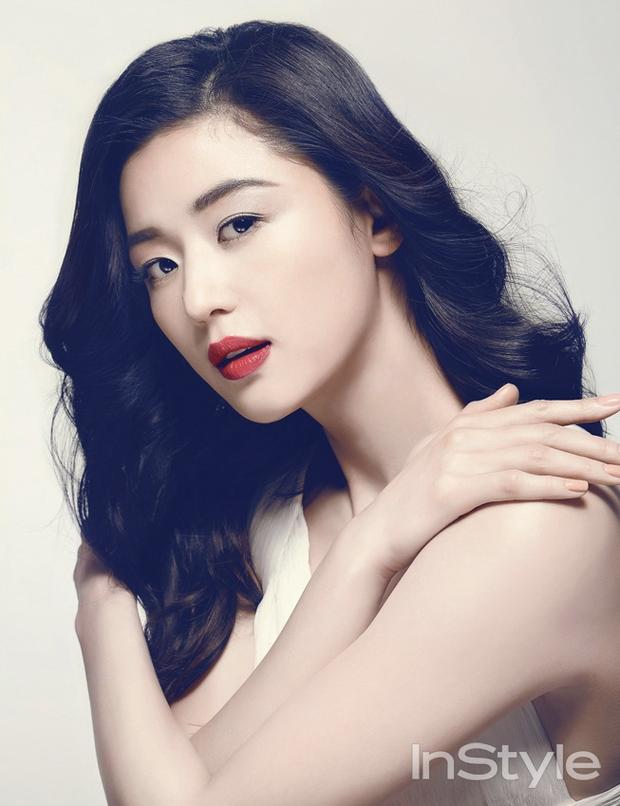 Ảnh tạp chí huyền thoại 10 năm trước gây tranh cãi vì 1 vấn đề: 2 đại mỹ nhân Hoa - Hàn Lý Băng Băng và Jeon Ji Hyun đọ sắc, ai đẹp hơn? - Ảnh 4.