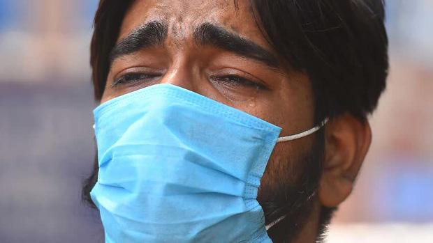 Một ngày tại lò hỏa táng giữa ''địa ngục Covid'' Ấn Độ: Khi cái chết là sự thật duy nhất trong các lò hỏa thiêu đang đỏ lửa ngày đêm - ảnh 9